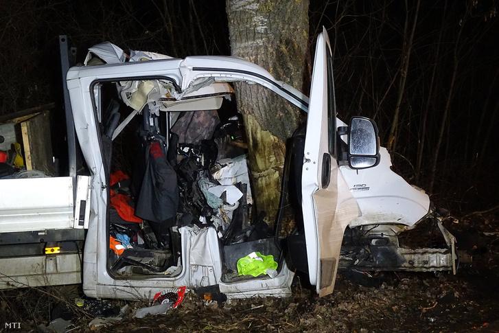 Fának csapódott kisteherautó a Vésztő és Tarhos közötti úton a bélmegyeri elágazás közelében 2019. február 14-én