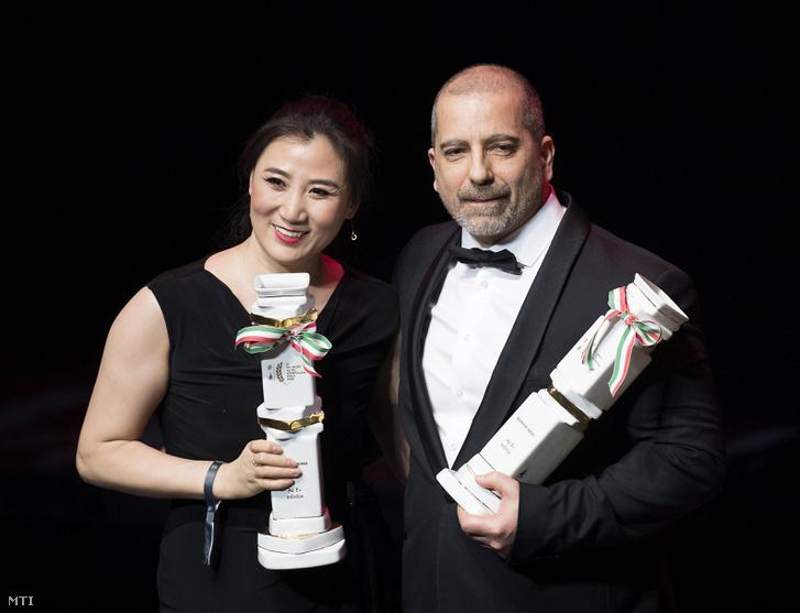 Csang Csing Lina és Bánhidi Ákos, a férfi és női rövidpályás gyorskorcsolyaváltó edzői, miután átvették az év edzője díjat