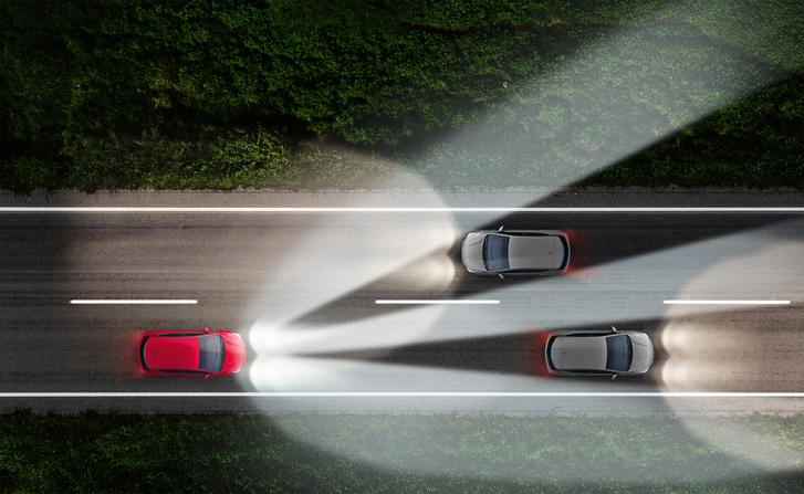 A kép jól mutatja ahogy a mátrix fényszóró kimaszkolja a többi közlekedőt