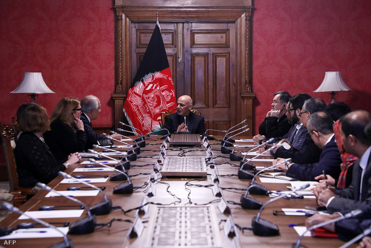 Az afgán elnöki palota által 2019. január 27-én kiadott felvételen Ashraf Ghani tárgyal az afgán békéért és megbékélésért felelős amerikai küldöttel, Zalmay Khalilzaddal (bal oldalon az első) a kabuli elnöki palota kabinetülésén.
