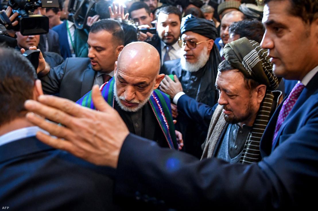 Hamid Karzai volt afgán elnök érkezik az afgán ellenzéki képviselők kétnapos ülésére Moszkvába, az elnöki hotelbe, 2019. február 5-én.