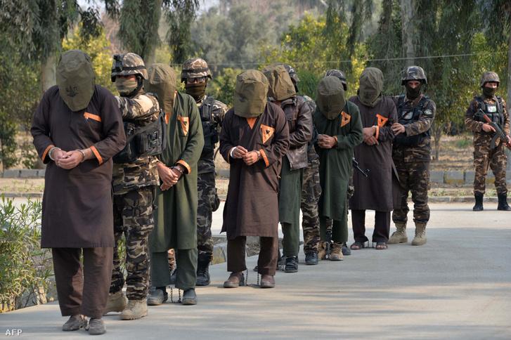 Az afganisztáni Nemzeti Biztonsági Igazgatóság katonái kísérnek állítólagos tálib harcosokat Dzsalalabadban 2019. január 23-án, miután bemutatták őket a sajtónak. A fegyvereseket egy a Nangarhar tartománybeli Ghani Khil településen folytatott akció során fogták el és azzal vádolják őket, hogy öngyilkos merényletekre készültek.