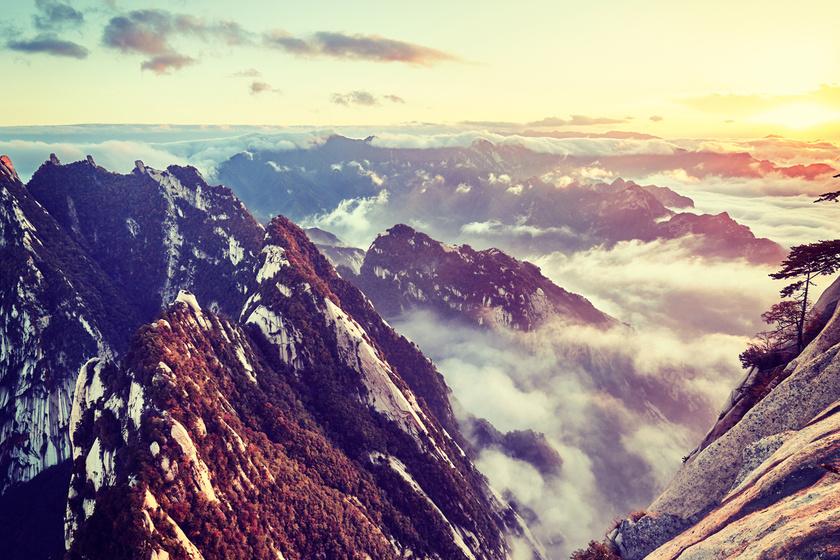 A kínai Hua-hegységet jóval időszámításunk előtt szent helyként tisztelték, és az alvilági istenek lakóhelyének tartották. A csúcsra vezető út tele van veszélyes hasadékokkal, így évente rengetegen lelik halálukat a hegyen.