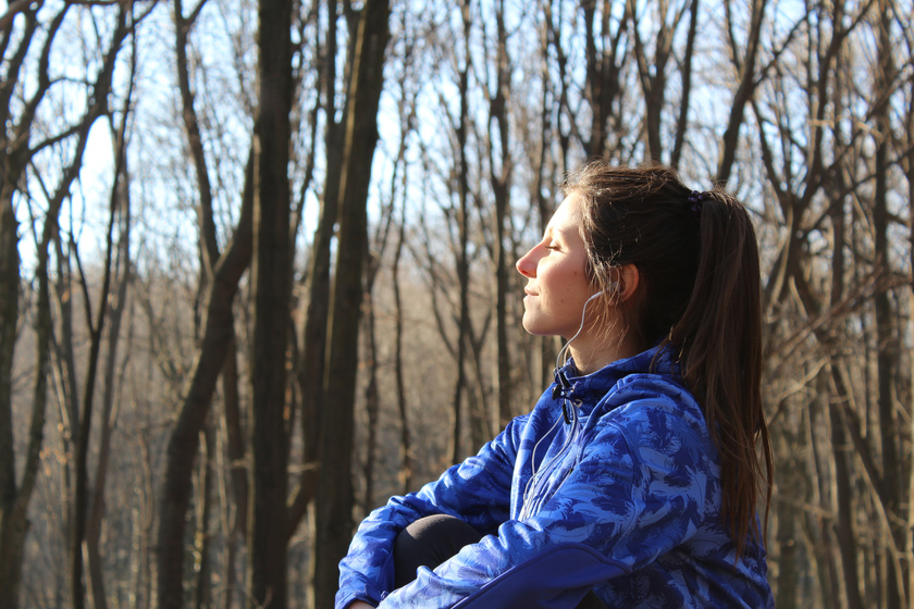 napozás télen erdő