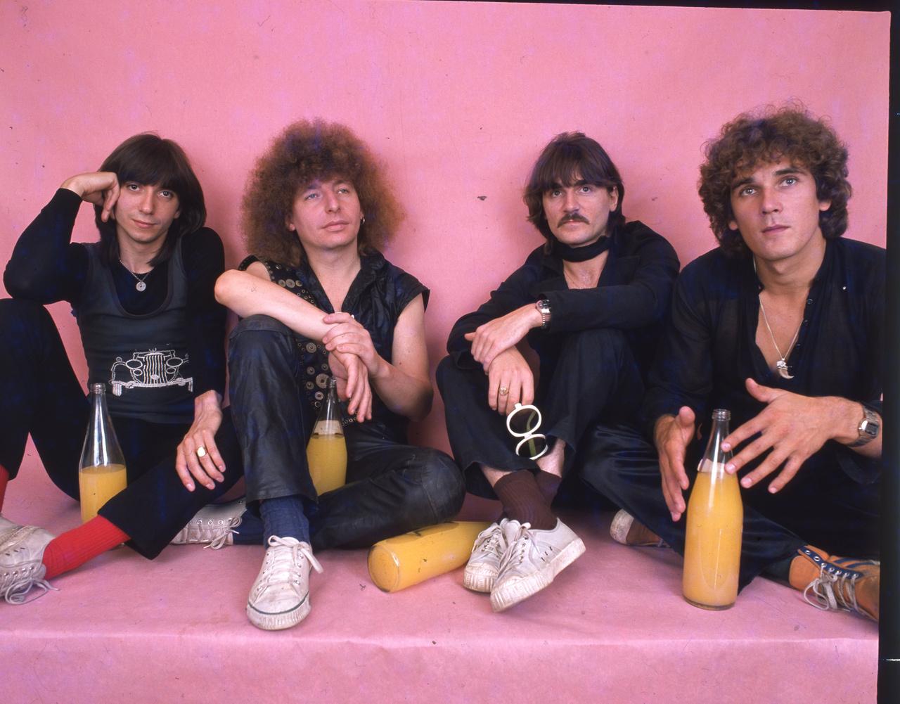 A '70-es, '80-as években szinte csak az Ifjúsági Magazin közölt együttesekről képeket, ezért olyan helyzetben voltak azzal, hogy rendes stúdiófotókat tudtak készíteni az éppen legmenőbb zenészekről. Így készülhetett el például ez az egészen érdekes színvilágú kép a V'Moto-Rock zenekarról, amelyet Demjén Ferenc alapított azután, hogy otthagyta a Bergendyt.