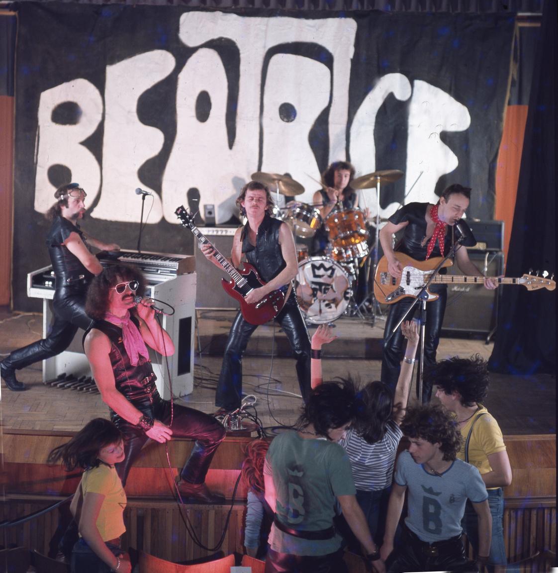 Ha már Gidófalvy, a billentyűs még a Karthago beszállt az 1978-ban újjáalakuló Beatricébe, ami új, bluesosabb hangzásra állt át, és egy ideig AC/DC-t, Deep Purple-t és Ramonest játszottak. Ez a kép azért is különleges, mert Gidófalvy mindössze egy évig játszott együtt Nagy Feróékkal, majd otthagyta a zenekart a Karthago kedvéért.