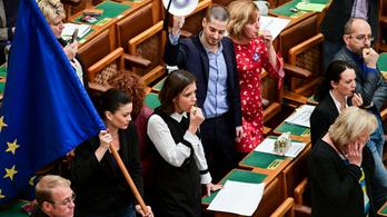 Összesen 72 millió forintos büntetést kaptak a képviselők