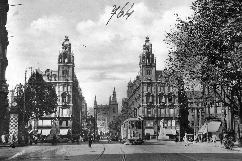 Ma egy kicsit zsúfoltabb a Ferenciek tere, mint 1929-ben: a gyönyörű paloták, a Klotild és a Matild pompázatosan magasodnak az út fölé. Villamos járt a Kossuth Lajos utcán.