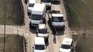 Videón, ahogy tüzet nyitnak a rendőrök a szökött rabra