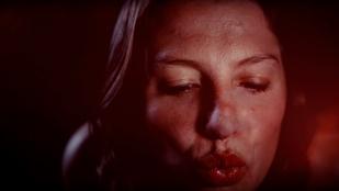 Az új Whitesnake-klipben mindenkit, még egy Jaguárt is lesmárolnak