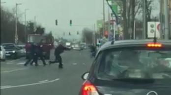 Videón, ahogy fegyveres rendőrök közelítik meg az autót