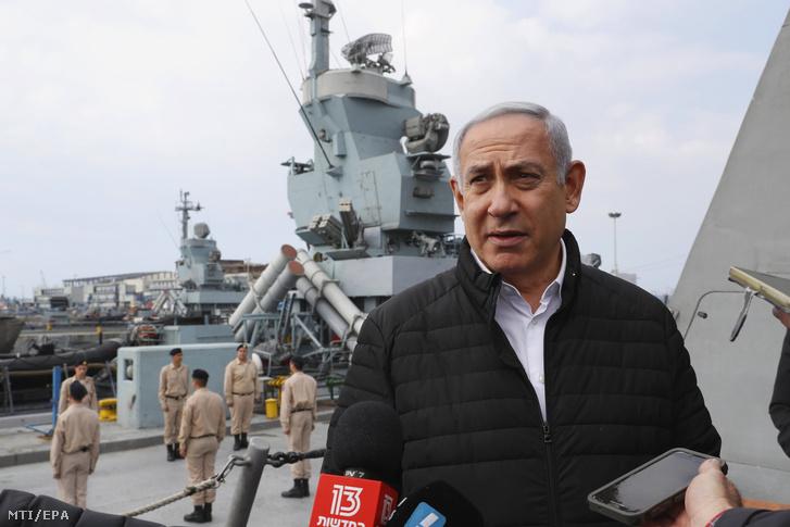 Benjámin Netanjahu izraeli miniszterelnök újságíróknak nyilatkozik, miután megtekintette az izraeli haditengerészet Vaskupola légvédelmi rendszerét egy Lahav Sza'ar 5-osztályú korvetten Haifa kikötőjében 2019. február 12-én.