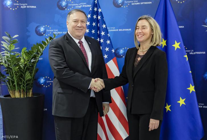 Federica Mogherini, az Európai Unió kül- és biztonságpolitikai főmegbízottja fogadja Mike Pompeo amerikai külügyminisztert brüsszeli hivatalában 2019. február 15-én.
