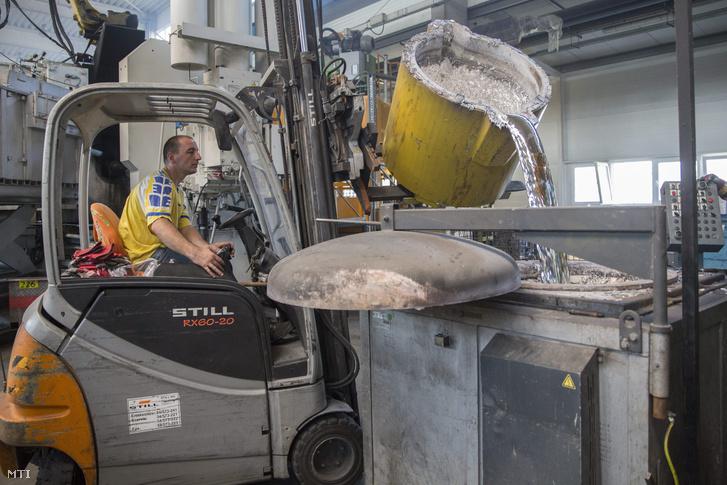 Olvasztott alumíniumot öntenek egy hőtartó kemencébe
