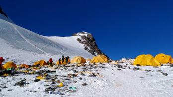Lezárják a Mount Everest kínai alaptáborát a turisták elől, mert túl sokat szemetelnek