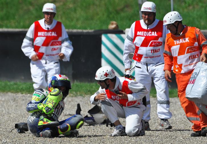 Rossi jobb lábában a sípcsont és a szárkapocscsont is eltörött, amikor hatalmasat esett a gyorsaságimotoros-világbajnokság negyedik futamának, az Olasz Nagydíjnak a második szabadedzésén Mugellóban 2010. június 5-én.