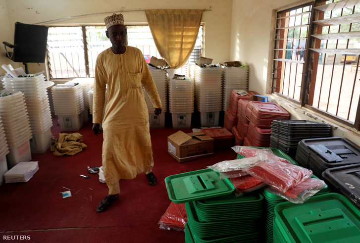 Órákkal a kezdés előtt elhalasztották a nigériai elnökválasztást