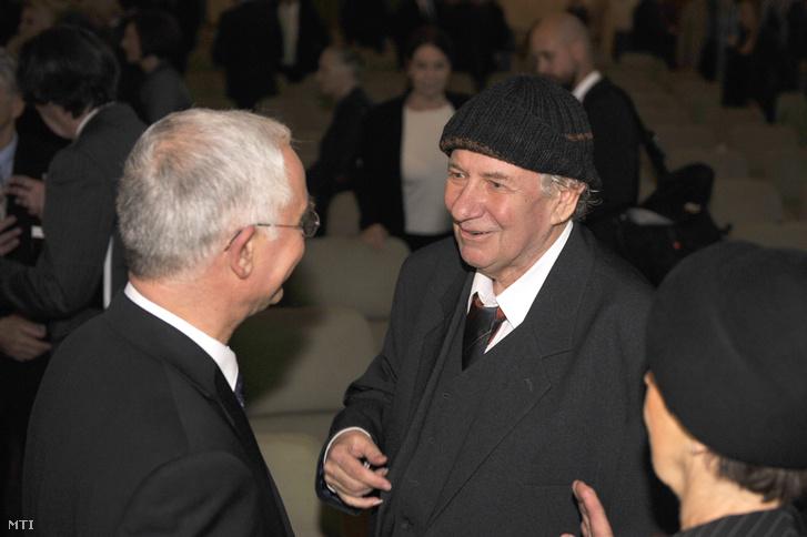 Balog Zoltán az emberi erőforrások minisztere a Nemzet Művésze-díjas Tandori Dezsővel beszélget a díjátadó ünnepségen a Pesti Vigadó dísztermében 2014. november 17-én.