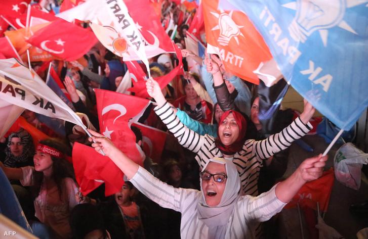 Az AKP és Erdogan győzelmét ünneplők 2018. június 24-én, a törökországi parlamenti és elnökválasztás napján