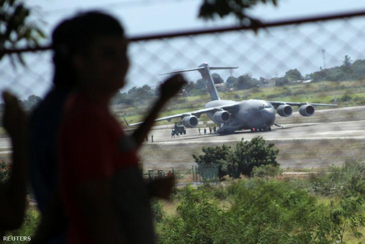 Az Egyesült Államok segélyszállítmánya a Camilo Daza repülőtéren landolt gépen