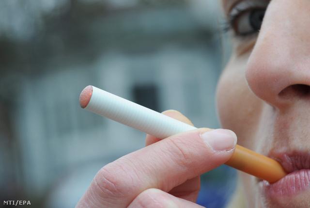 Elektromos cigarettát szív egy nő 2011. január 16-án Hamburgban amikor egy bemutatón a dohányt elégető hagyományos cigaretta egészséges alternatívájaként a találmányt megismertetik a dohányosokkal.