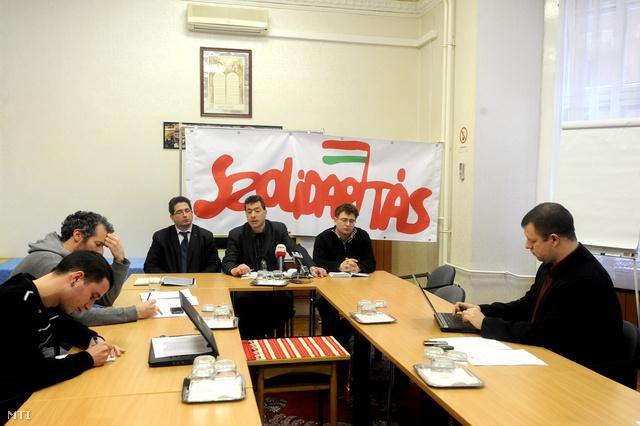 Kónya Péter a Magyar Szolidaritás Mozgalom (Szolidaritás) egyik társelnöke (szemben k) sajtótájékoztatón ismerteti hogy együttműködésre hívja a civil szervezeteket.