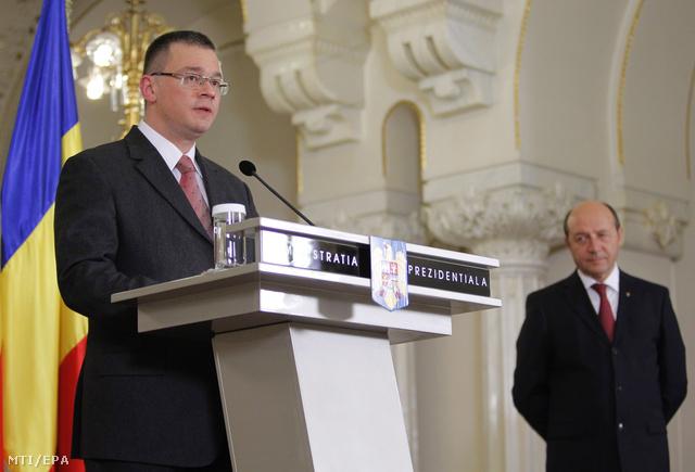 Mihai Razvan Ungureanu beszél Traian Basescu román elnök (j) mellett a bukaresti államfői hivatalban, a Cotroceni-palotában, miután az elnök őt bízta meg kormányalakítással.