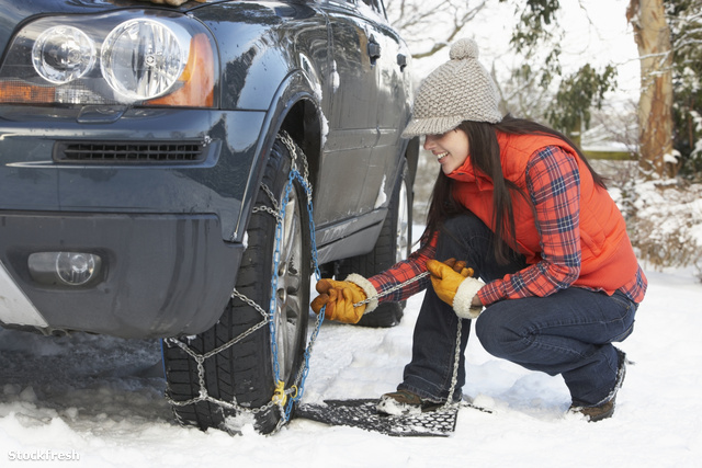stockfresh 99631 woman-putting-snow-chains-onto-tyre-of-car size