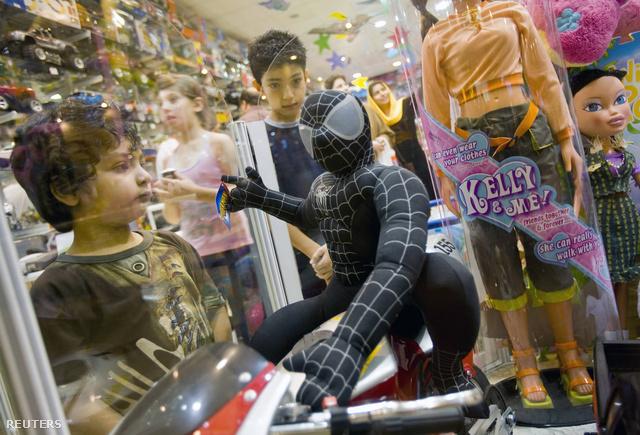 Pókember figura egy iráni játékboltban - a szuperhős maradhat