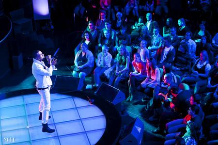 Kállay-Saunders András énekli I Love You című számát az 57. Eurovíziós Dalfesztivál hazai első elődöntőjén.