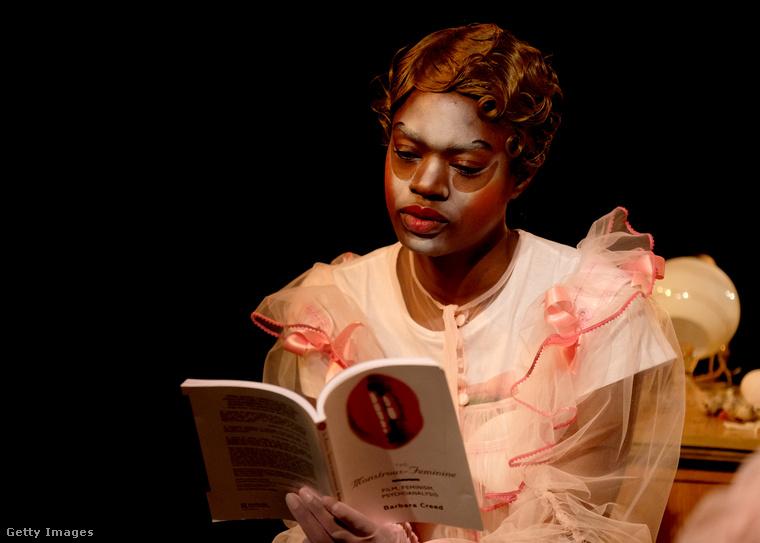 Ez a modell egy olyan könyvet olvas, amelynek címe:Szörnyűséges - Nőies