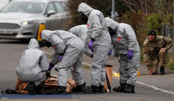 Védőruhás helyszínelők Salisburyben 2018. március 14-én