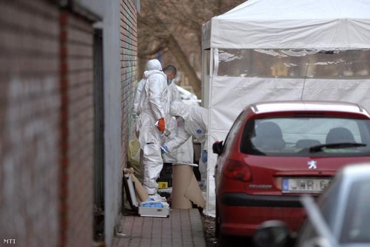 A rendőrség bűnügyi technikusai helyszínelnek 2019. február 17-én a XIV. kerületi Nagy Lajos király útja és Egressy út kereszteződésének közelében, ahol egy autó első ülésén egy halott férfit találtak.
