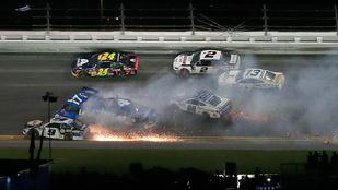 Óriási tömegkarambolokkal ért véget a Daytona 500