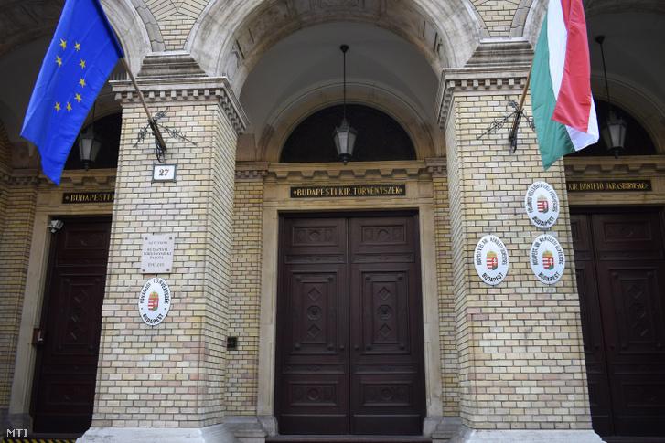 Több ügyészség székhelyének bejárata a Fővárosi Törvényszék épületében, az V. kerület, Markó utca 27-ben