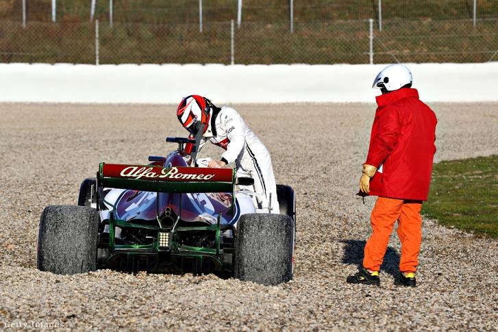 Kimi Raikkönen alatt megállt az Alfa Romeo 2019. február 18-án