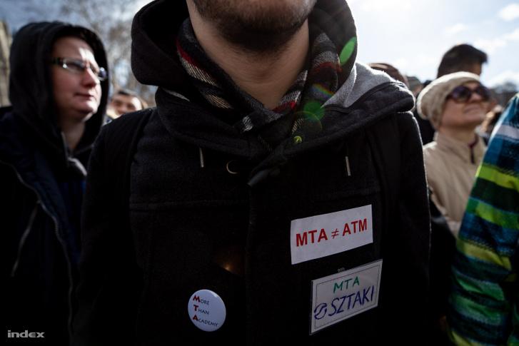 Tüntető az MTA székháza előtt 2019. február 12-én