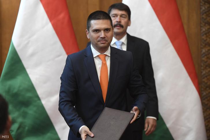 Bitay Márton Örs, az Agrárminisztérium államtitkára, miután átvette a kinevezési okmányt Áder János köztársasági elnöktől (hátul) az Országház Vadásztermében 2018. május 22-én