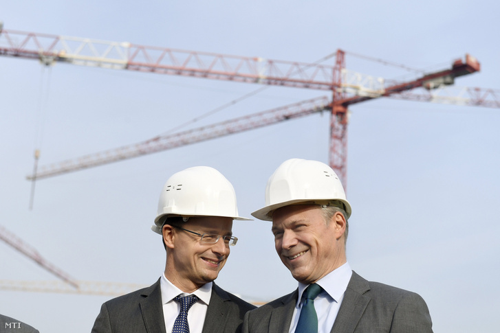 Szijjártó Péter külgazdasági és külügyminiszter (b) és Christopher Mattheisen, a Magyar Telekom Nyrt. vezérigazgatója a cégcsoport 58 ezer négyzetméteres új székházának alapkőletételén Budapesten 2016. november 15-én