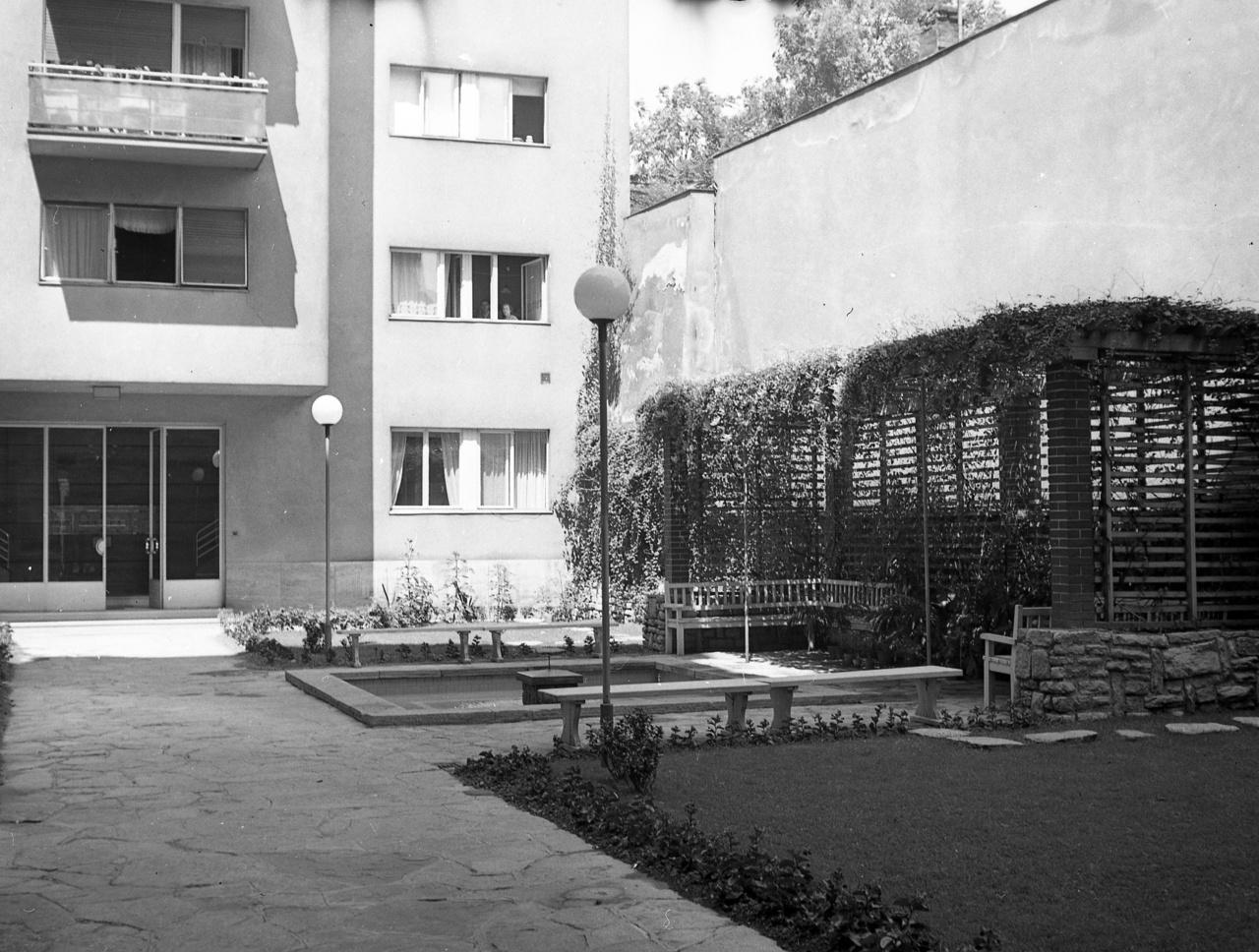 Egy belső kert a korai negyvenes évek Budapestjéről, de gyakorlatilag az elkövetkező évtizedekben bármikor készülhetett volna. Na persze nem Magyarországon, hanem mondjuk a hatvanas évek Bécsében. Nálunk akkoriban már nem nagyon épültek ennyire igényes belső udvarok.