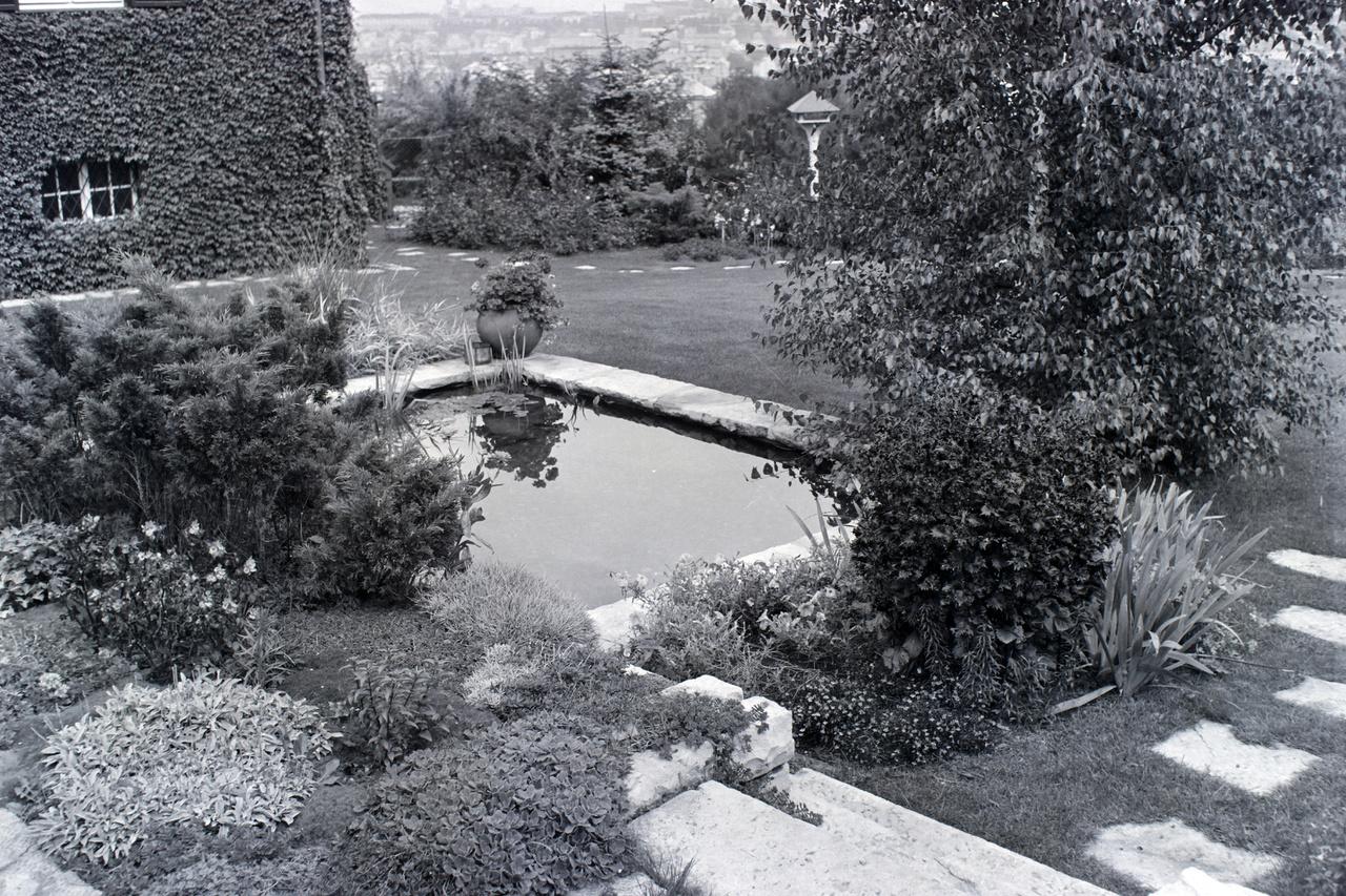 Ugyanakkor tökéletesen meg vannak komponálva a terek. A padról pompás kilátás nyílik a díszmedencére, a kertre és a városra. A medence, a tipegőkövek és a terasz is ugyanolyan mészkőből készült, amely amúgy a környék természetes kőzete.