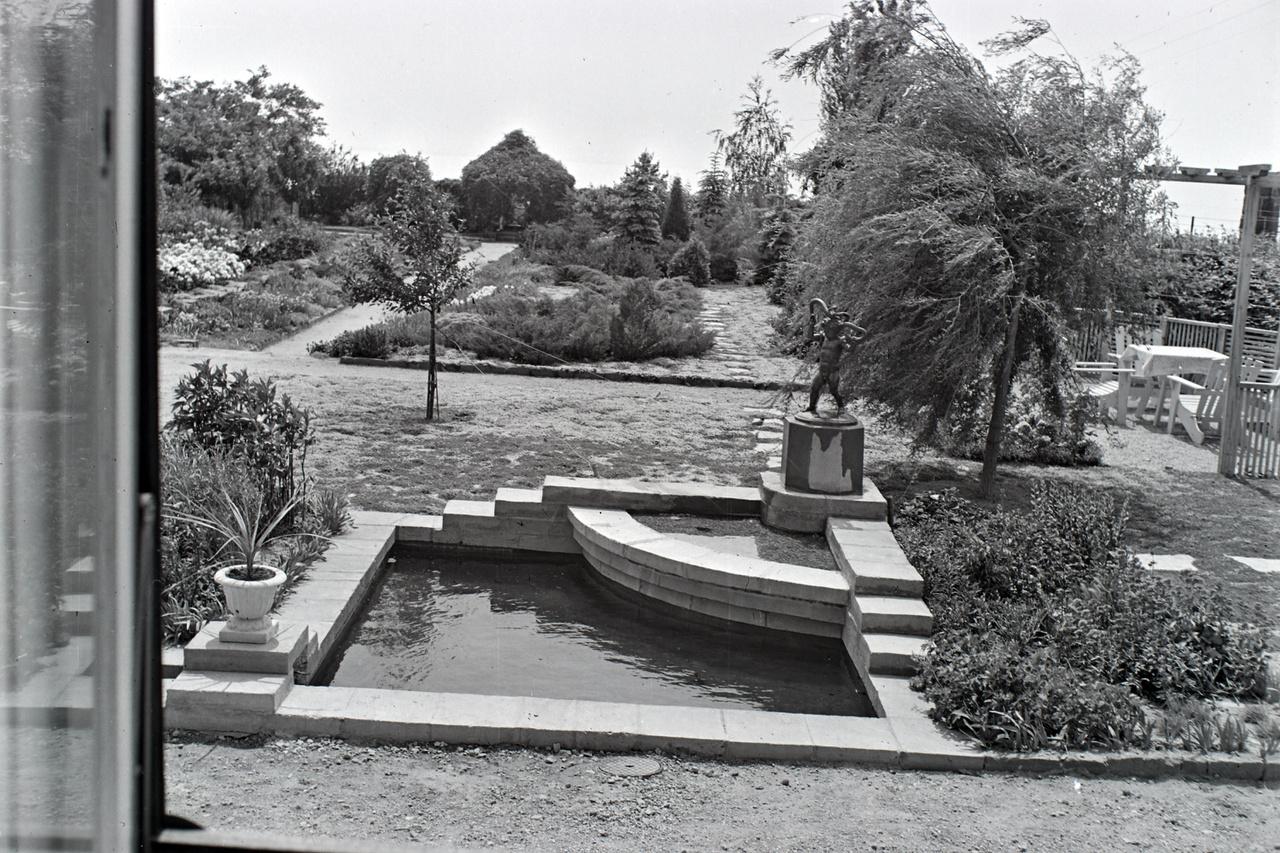 Mint ennél a balatonakarattyai nyaralónál, ahol nem csak tervezési stílusok, de művészeti korok is találkoznak. A medence és az egyedi tervezésű bútorok formája már a modernt idézi (ilyen stílusú  ház is), a szobor és a váza még az eklektikát.
