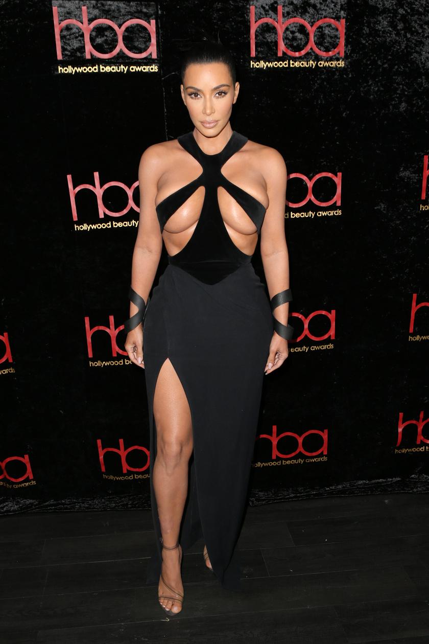 Kim Kardashian ruhájáról beszél ma mindenki - bár valószínűleg éppen ez volt a célja ezzel a megbotránkoztató darabbal.