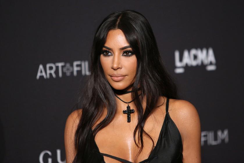 Kim Kardashian a világ legsokkolóbb ruhájában villantott mellet - Fotók