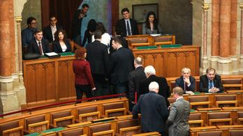 A teljes ellenzék kivonult a parlamentből