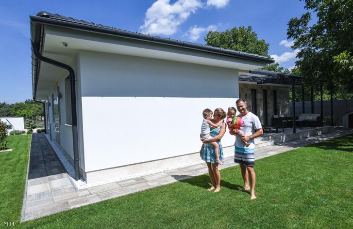 A két szülő és gyerekeik. A Családi Otthonteremtési Kedvezmény (CSOK) két gyerek után igényelhető támogatásának felhasználásával házat épített a debreceni Nemes család.