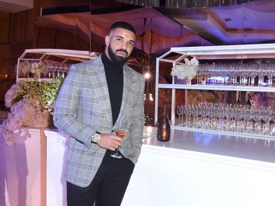 Drake több mint 112 millió forint értékben vásárolt tokot a mobiljára