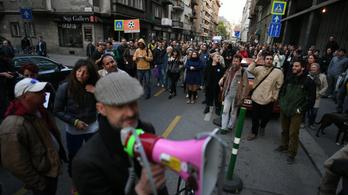 TASZ: Akkor sem bírságolható meg egy spontán tüntető, ha lelép a járdáról