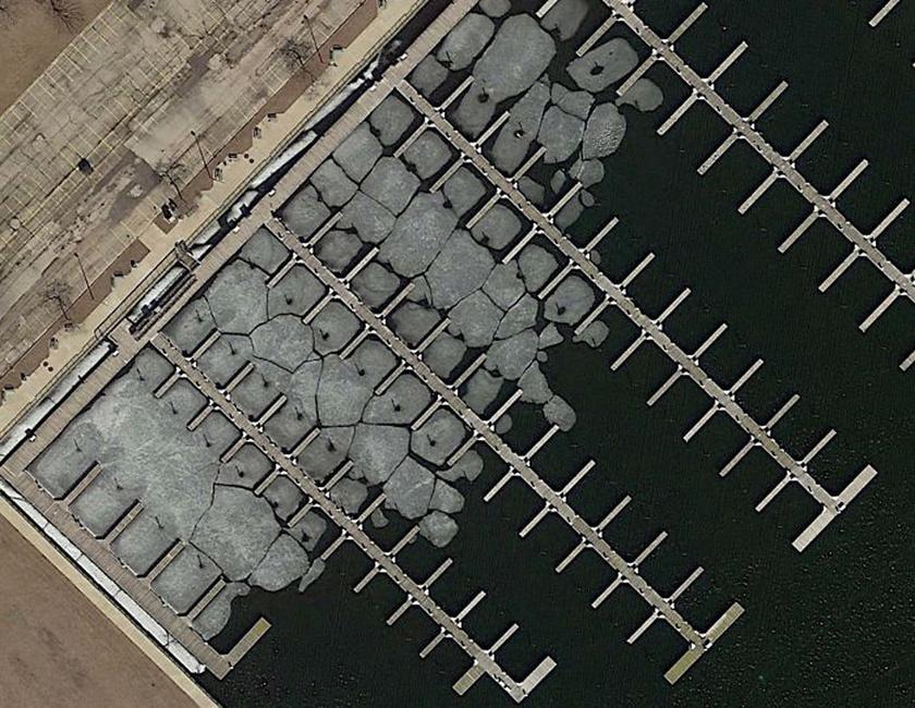 Olvadó jégtáblák egy jachtkikötőben a wisconsini Milwaukee partjainál.