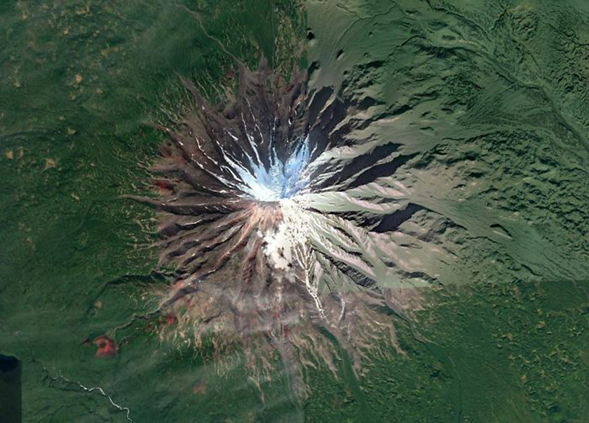 Gyönyörűen szimmetrikus vulkán a Kamcsatka-félszigeten, Oroszországban.